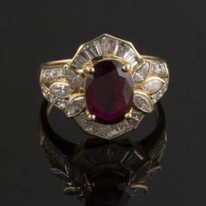 Anillo con rubí central y diamantes
