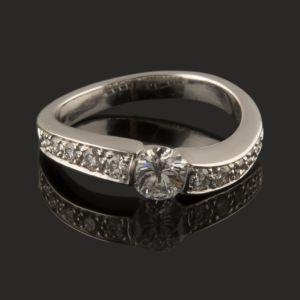 bella sortija de diamantes